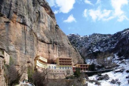Εξωτερική εικόνα της Ιεράς Μονής Μεγάλου Σπηλαίου στα Καλάβρυτα