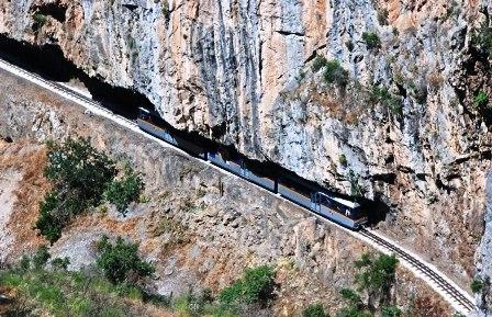 Ο οδοντωτός σιδηρόδρομος των Καλαβρύτων διασχίζει το φαράγγι του Βουραϊκού, Ορειβατικά μονοπάτια που ξεκινούν απο τη Ζαχλωρού