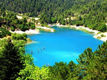 Πολλοί είναι αυτοί που επιλέγουν τις όχθες της Λίμνης Τσιβλού στα Καλάβρυτα για περίπατο και για κολύμπι το καλοκαίρι, ενώ το χειμώνα απολαμβάνουν τα μονοπάτια γύρω της.